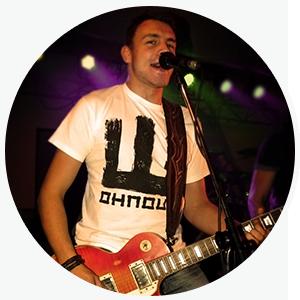 Pavel Tlapák s kytarou